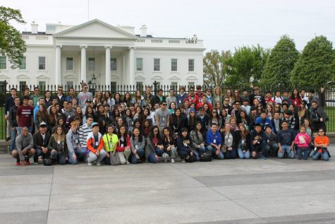In this picture we can see all the exchange students that participated on this trip, posing in front of the White House. More than a 100 exchange students were there